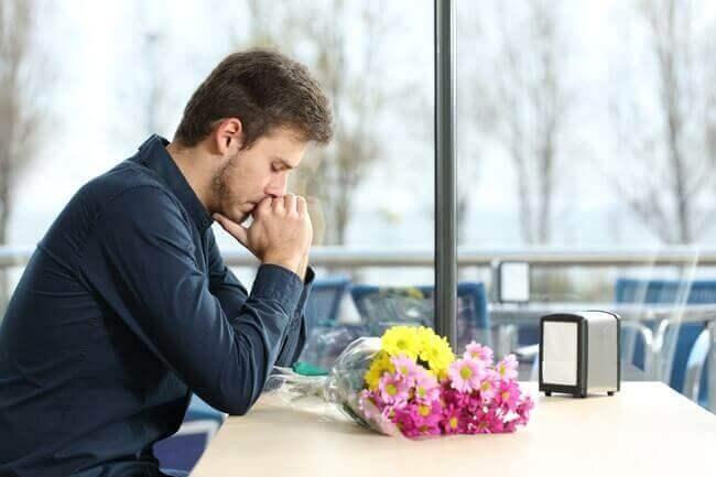 Άντρας με λουλούδια , καταπολέμηση της θλίψης.