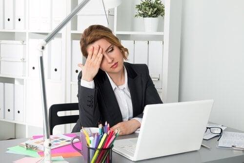 γυναίκα που κάθεται μπροστά στον υπολογιστή