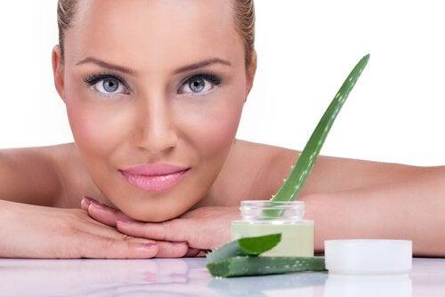 Τζελ από αλόη βέρα: 5 σπουδαία οφέλη που προσφέρει στο δέρμα σας