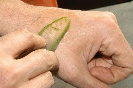 ανδρας βαζει τζελ από αλόη βέρα στο χέρι υου