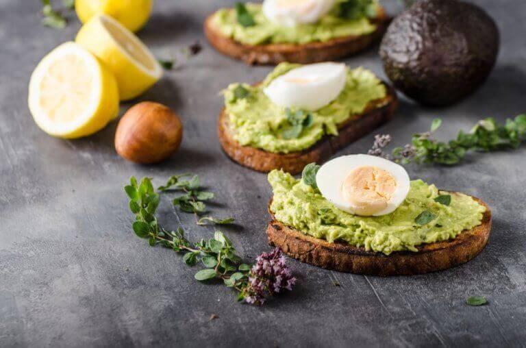 φέτες ψωμιού με αβοκάντο και αβγο