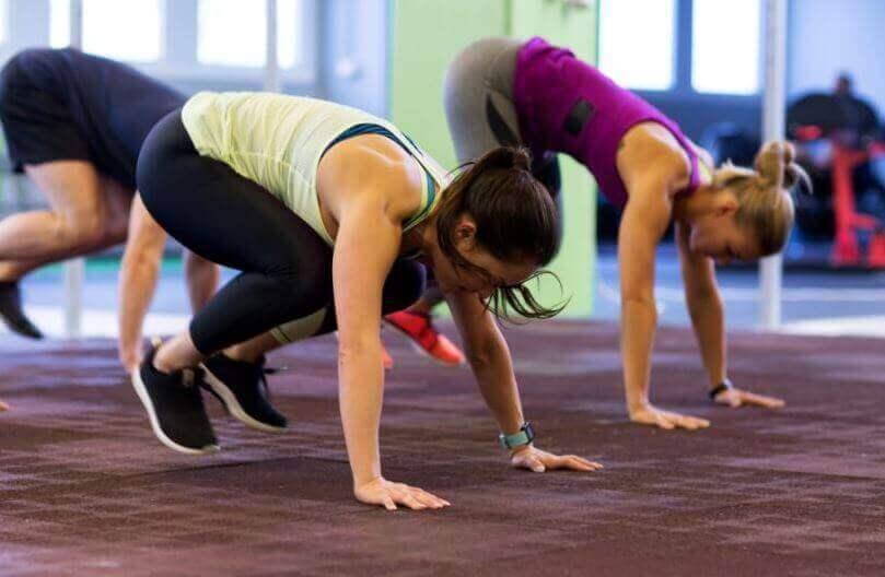 γυναίκες στο γυμναστήριο που κάνουν ασκήσεις αερόβιας γυμναστικής