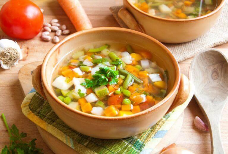 σούπα με λαχανικά σε πήλινο πιάτο, χαμόν serrano