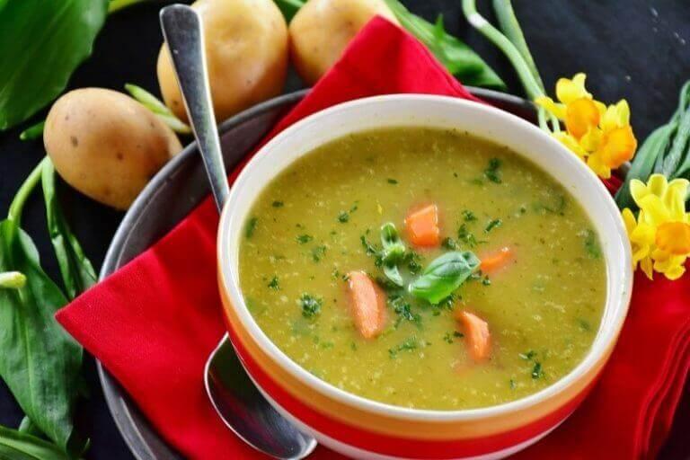 σούπα με καρότα και πατάτες από έξω