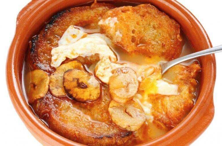 σκορδόσουπα με φέτες ψωμί σε ζαμπόν