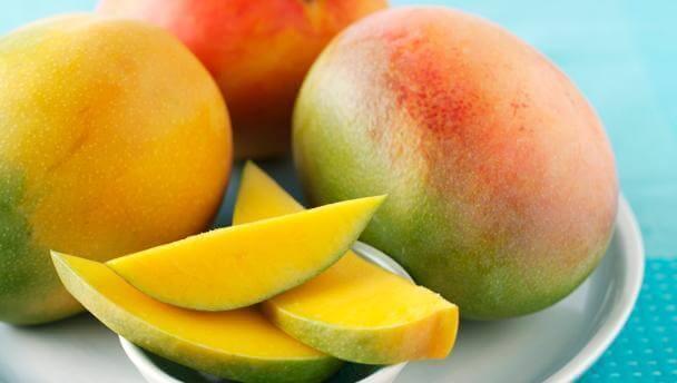 μάνγκο σε φέτες και ολόκληρο