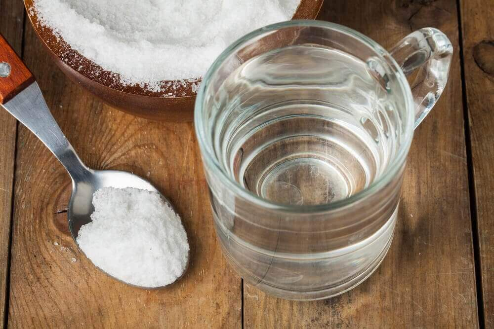 Ξηρές φτέρνες - Νερό σε ποτήρι και μαγειρική σόδα