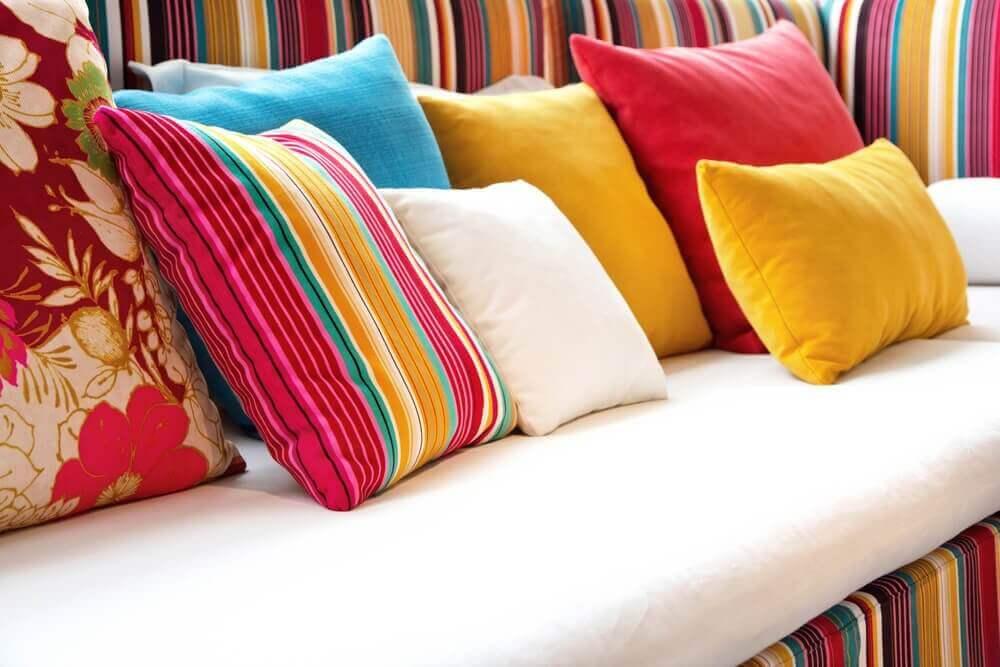 διάφορα μαξιλάρια σε καναπέ Επαναχρησιμοποιήστε τις παλιές μπλούζες