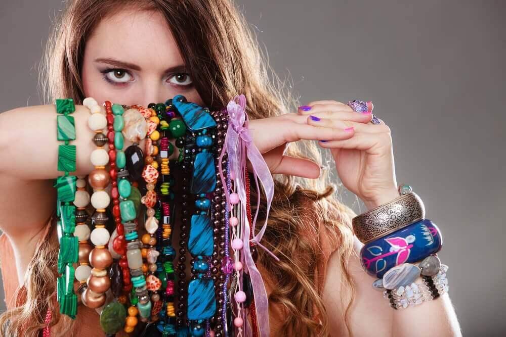 Επαναχρησιμοποιήστε τις παλιές μπλούζες βραχιόλια σε γυναικείο χέρι