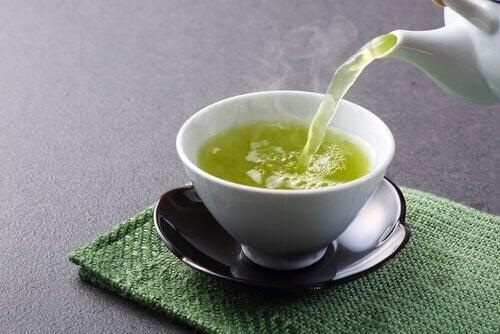 τσάι αγκινάρας σε ποτήρι- για απώλεια βάρους