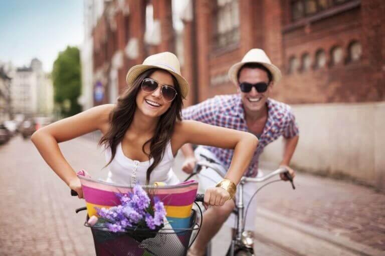 ζευγάρι σε ποδήλατα μείνετε φίλοι ο πρώην