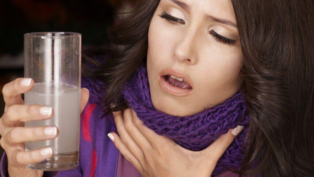 γυναίκα με πονόλαιμο -σημάδια του καρκίνου του λαιμού