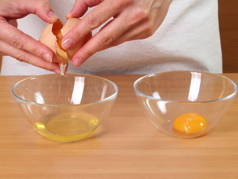 Απώλεια μαλλιών - Ασπράδι και κρόκος αβγού σε μπολ