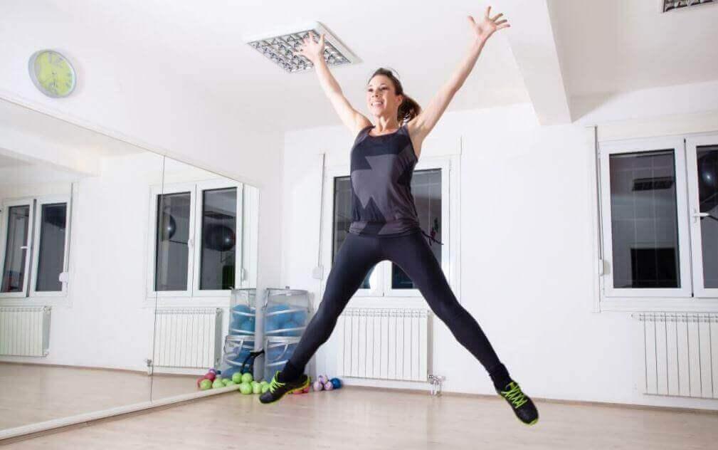γυναίκα που χοροπηδάει, ασκήσεις αερόβιας γυμναστικής
