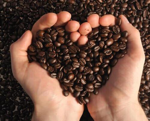 κόκκοι καφέ σχηματίζουν καρδιά