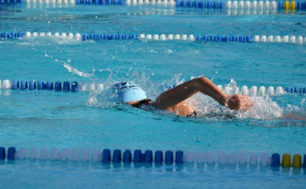αθλητής που κολυμπά