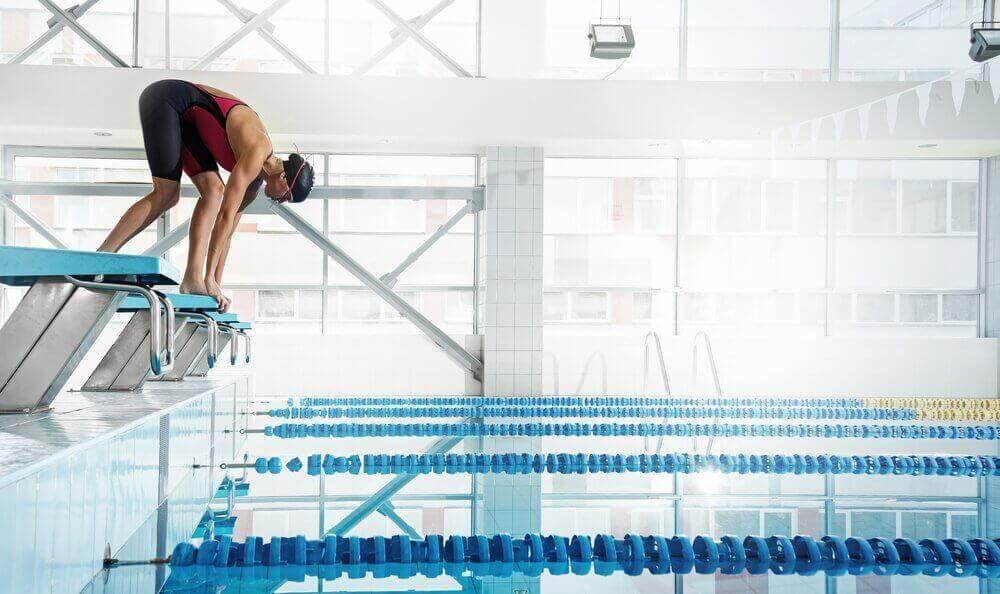 αθλητής που ετοιμάζεται να πηδήξει στην πισίνα