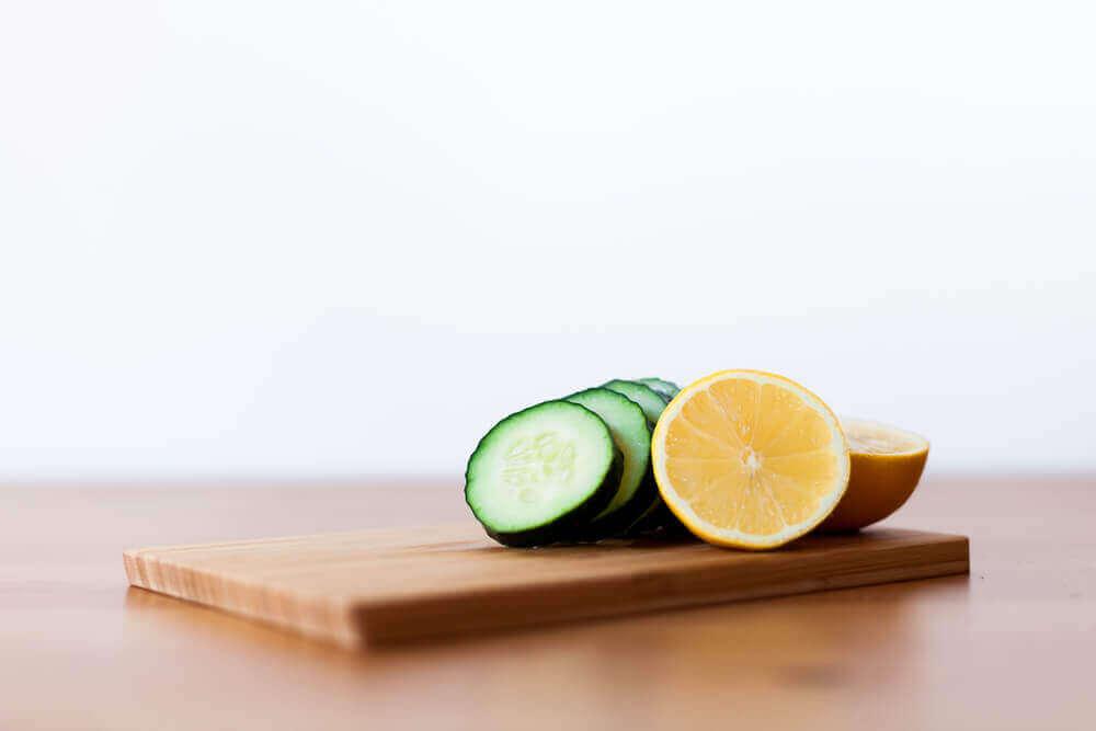 φέτες από αγγούρι και λεμόνι: smoothie με αγγούρι, λεμόνι και μέντα