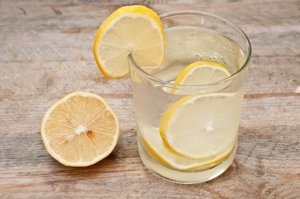 λεμονάδα σε γυάλινο ποτήρι: smoothie με αγγούρι, λεμόνι και μέντα