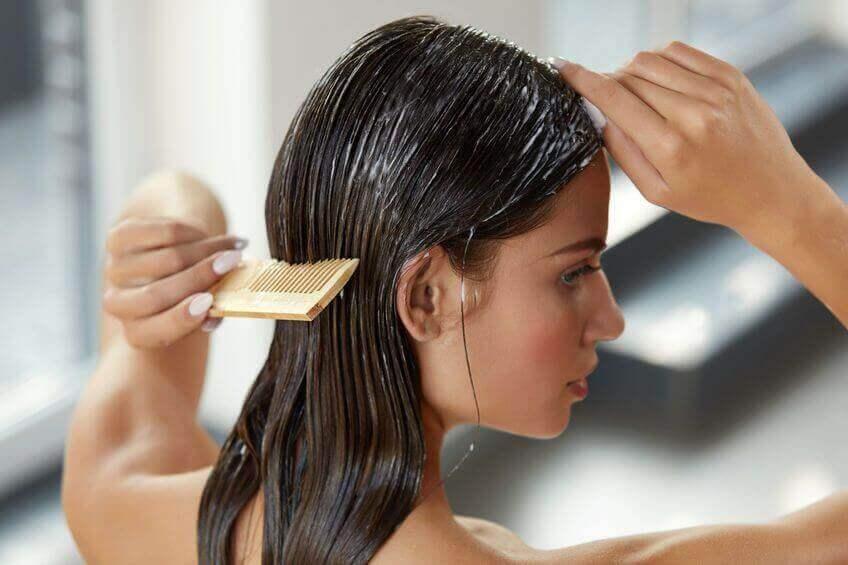 γυναικα που χτενίζει τα μαλλια της