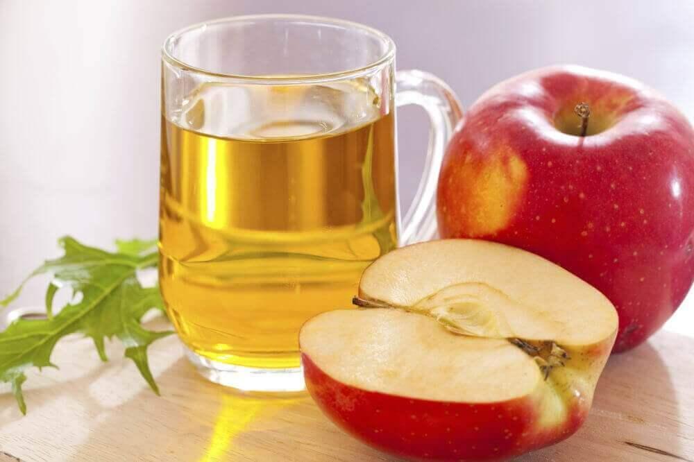 Αντιμετωπίσετε το λιπώδες ήπαρ - Μηλόξυδο σε δοχείο και μήλα