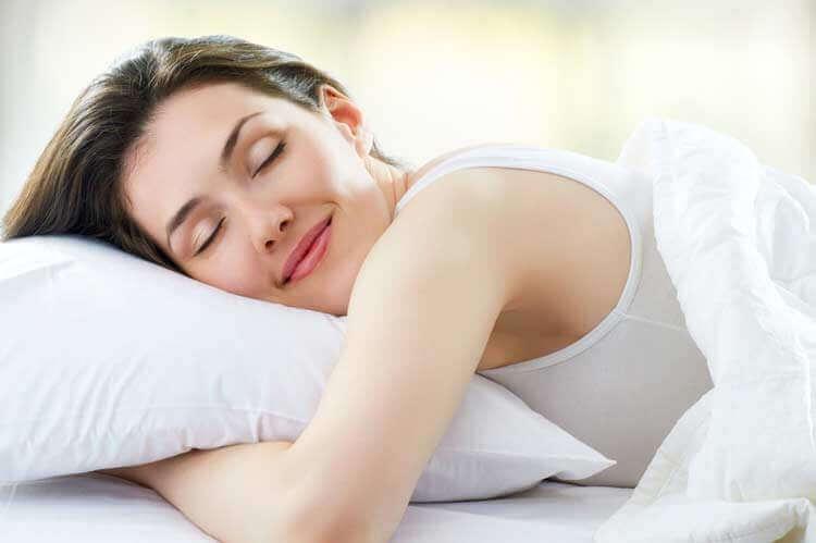 Αντιμετωπίστε τον μυοσπασμό στον αυχένα - Γυναίκα κοιμάται χαρούμενη