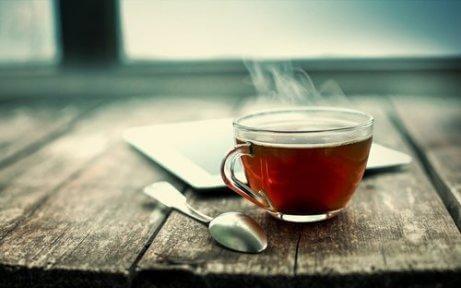 Μαύρο τσάι σε ποτήρι, πόδια που μυρίζουν