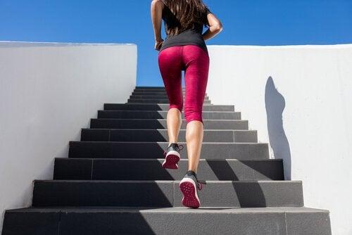 Τρόποι για να αυξήσετε τον μεταβολισμό σας - Γυναίκα ανεβαίνει σκάλες