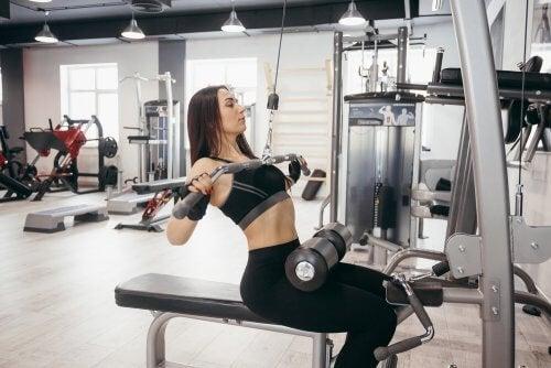 Τρόποι για να αυξήσετε τον μεταβολισμό σας - Γυναίκα γυμνάζεται