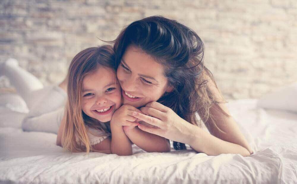 γυναικα με την κόρη της αγκαλιά