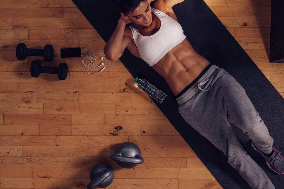 γυναίκα που κάνει κοιλιακούς, είδη ασκήσεων ασκήσεων που θα βελτιώσουν τη ζωή σας