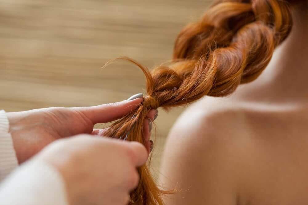 γυναικεία μαλλιά σε πλεξίδα