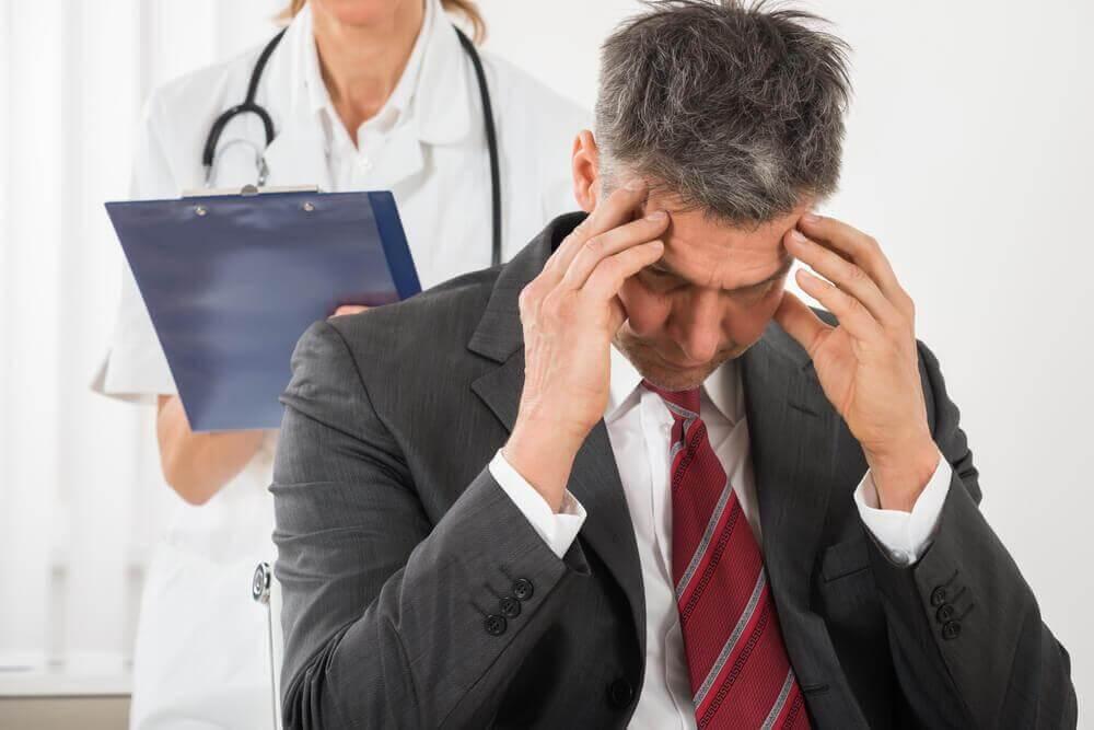 Αιτίες πονοκεφάλων - Άνδρας με πονοκέφαλο