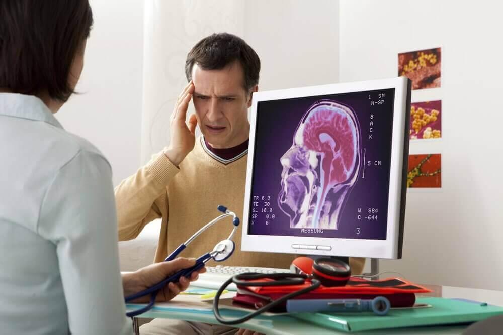 Αιτίες πονοκεφάλων - Γιατρός μιλά σε ασθενή με πονοκέφαλο
