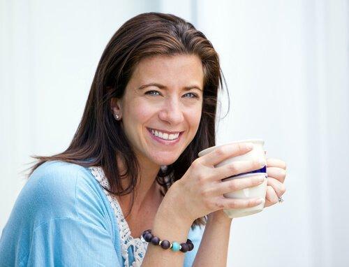 Κρίση της μέσης ηλικίας - Γυναίκα κρατά κούπα