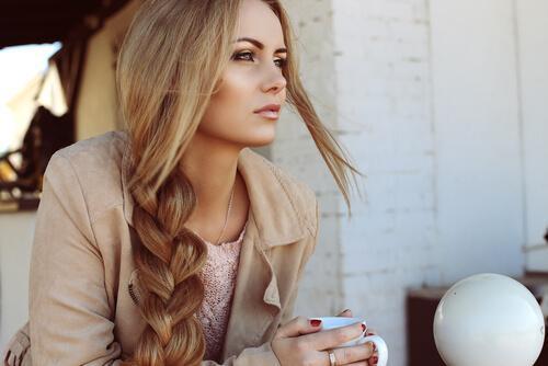 γυναίκα με πλεξίδα και καφέ