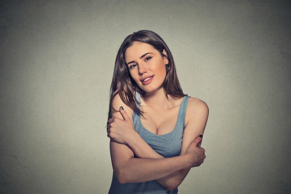 προσελκύσετε θετική ενέργεια γυναίκα που αγκαλιάζει τον εαυτό της