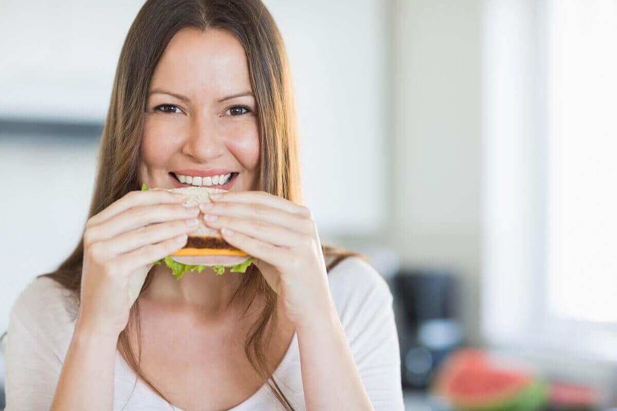 Πρωινά που συνιστώνται - Γυναίκα τρώει σάντουιτς