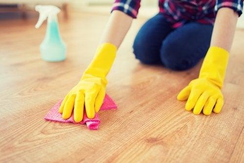 καθάρισμα του πατωματος