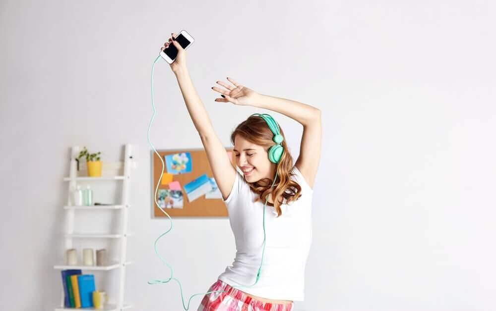 γυναίκα που χορεύει με μουσική στα αυτιά