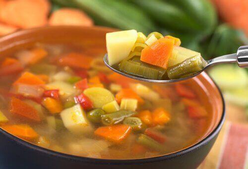 σούπα λαχανικών και κουτάλι