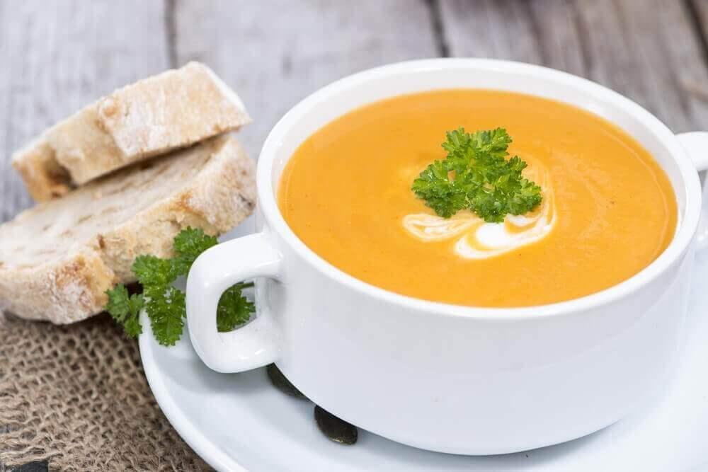 σούπα με κολοκύθα και ψωμί