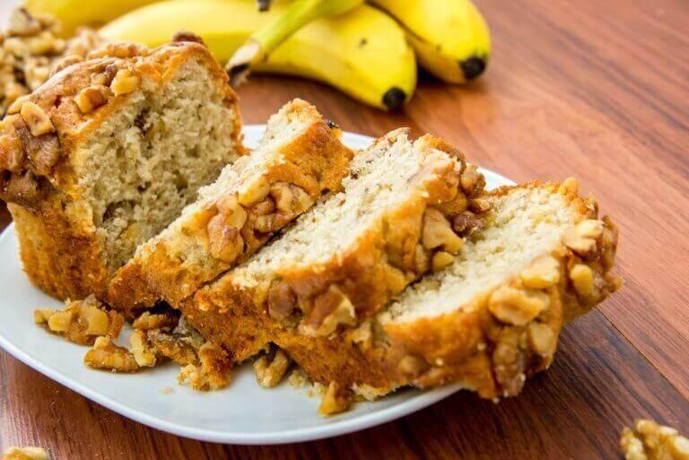 Γευστικό κέικ μπανάνας με καρύδια για βέγκαν και άτομα με δυσανεξία στη γλουτένη