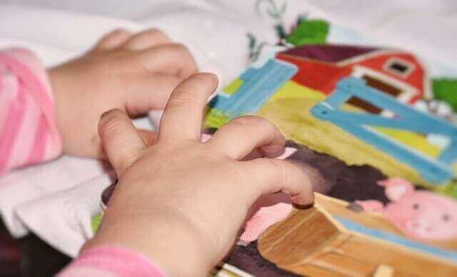 παιδικά χέρια σε παιχνίδι
