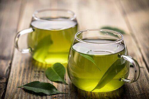 πράσινο τσάι σε γυάλινα ποτήρια για απώλεια βάρους