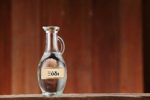 ξύδι σε γυάλινο ποτήρι