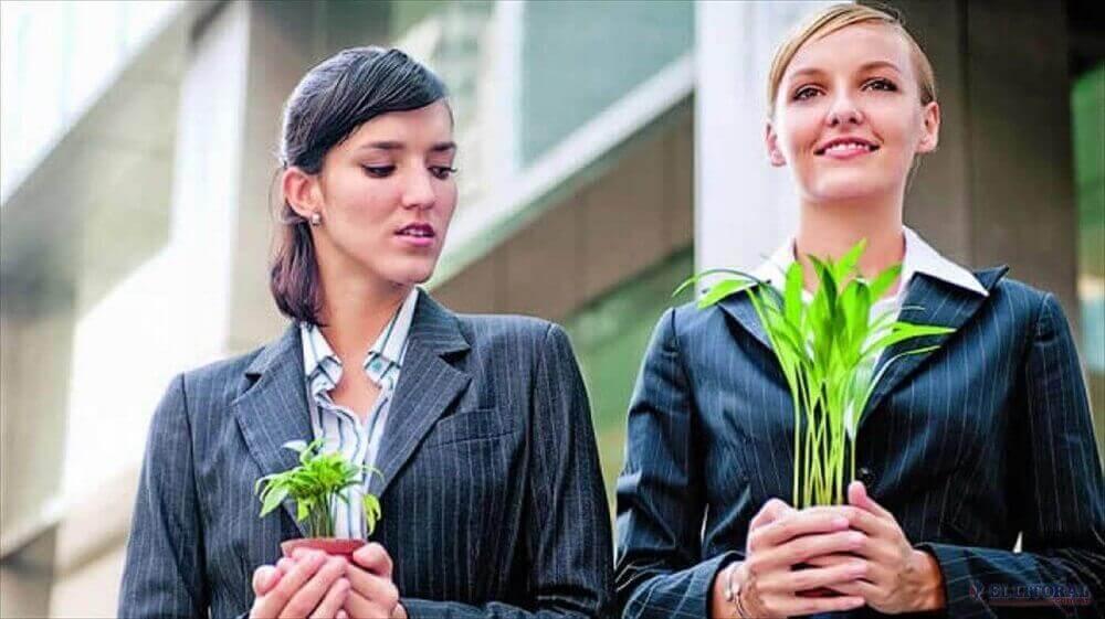 γυναίκες που κρατάνε φυτά - νοοτροπία θυματοποίησης