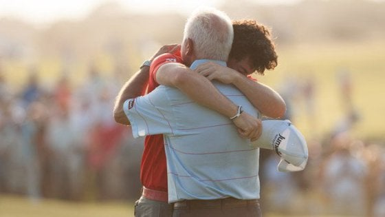 Ο γιος και η τρυφερή αγκαλιά στον πατέρα του