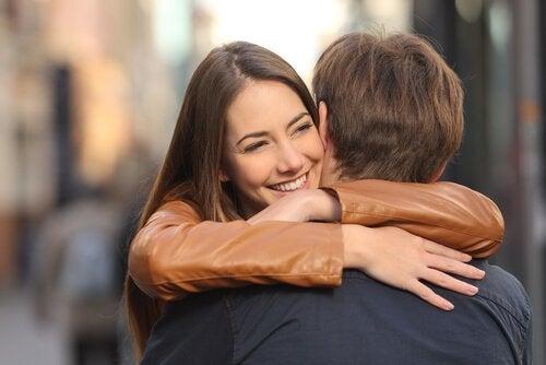 Μια νεαρή κοπέλα αγκαλιάζει τον αγαπημένο της