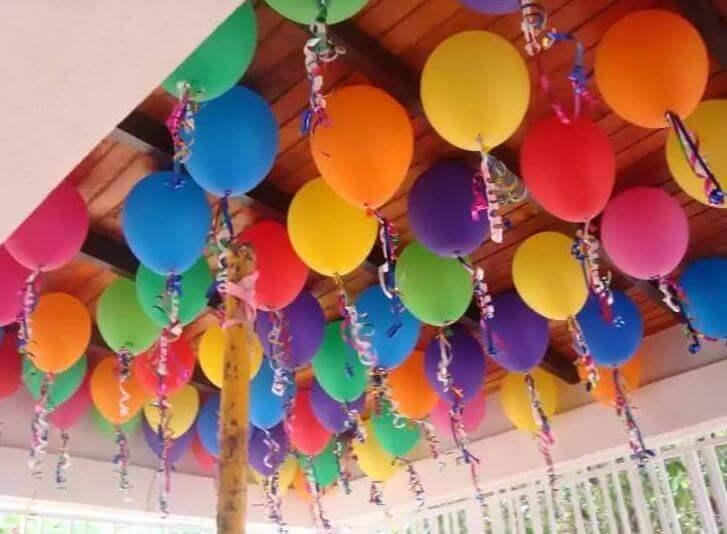 μπαλόνια με κορδελάκια στο ταβάνι